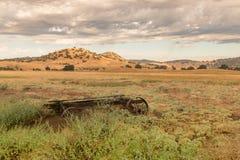 Золотые поля, винтажное колесо телеги, дождевые облако грома стоковое фото