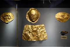 Золотые похоронные маски и другие драгоценные объекты в национальном археологическом музее в Афина, Греции стоковые изображения rf