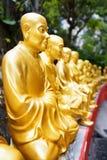 Золотые статуи Будды вдоль лестниц водя до 10 Thousa Стоковое Фото