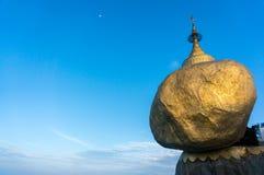 Золотые утес или пагода Kyaiktiyo с предпосылкой голубого неба, Myanma Стоковое Изображение RF