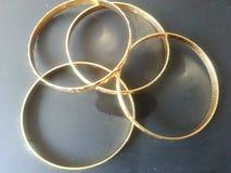 Золотые bangles золота на серой предпосылке Стоковое фото RF