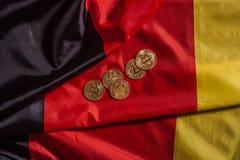 Золотые bitcoins на немецком флаге Стоковые Изображения RF