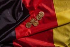 Золотые bitcoins на немецком флаге Стоковые Фото