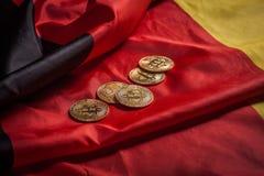 Золотые bitcoins на немецком флаге Стоковая Фотография RF