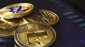 Золотые bitcoins на предпосылке графического графика состояния запасов Концентрация Секретный-валюты виртуальных денег сток-видео