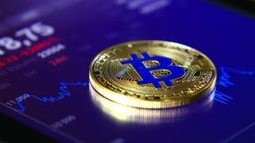 Золотые bitcoins на предпосылке графического графика состояния запасов Концентрация Секретный-валюты виртуальных денег акции видеоматериалы