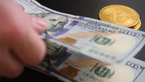 Золотые bitcoins на счетах 100-доллара Виртуальная бумага замены денег видеоматериал