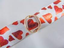 2 золотых кольца на ribbone с сердцами Стоковое Фото