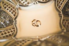 2 золотых обручального кольца изолировали концепцию предпосылки Стоковое Изображение RF