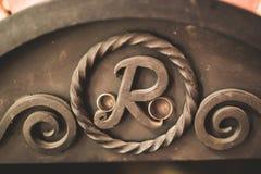 2 золотых обручального кольца изолировали концепцию предпосылки Стоковые Изображения