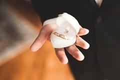 2 золотых обручального кольца изолировали концепцию предпосылки Стоковое Фото