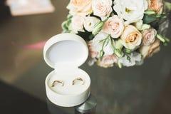2 золотых обручального кольца изолировали концепцию предпосылки Стоковые Фото