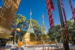 2 золотых пагоды на Phra что висок Doi Tung, Doi tung имя горы в провинции Chiang Rai, которая обнаружила местонахождение doi tun стоковые изображения rf