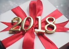 2018 золотых чисел текста с подарком Стоковое Изображение