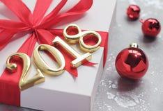 2018 золотых чисел текста с подарком Стоковое Фото