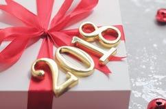 2018 золотых чисел текста с подарком Стоковая Фотография