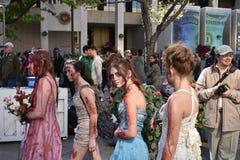 Зомби возглавляя к выпускному вечеру стоковое изображение rf