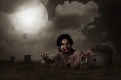 Зомби поднимая от погоста Стоковое Изображение