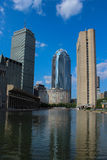 Зона Бостон христианской науки включая зеркальный пруд, благоразумное здание и 111 Huntington Av Стоковое Изображение RF