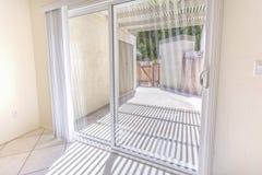 Зона дверей и патио сползая стекла в кондо Сан-Диего Стоковая Фотография RF
