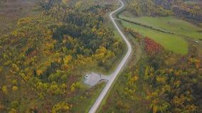 Зона вертодрома для парковать на лесе около дороги зажим Взгляд сверху на вертодроме в лесистой области Стоковые Изображения