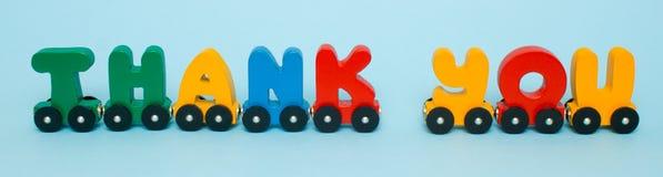 Зона детей слов сделанная писем тренирует алфавит Яркие цвета красного желтого зеленого цвета и сини на белой предпосылке Раннее  стоковые фотографии rf