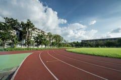 Зона легкой атлетики стадиона пустая на солнечный день Стоковые Изображения