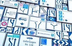 зона изолировала пешеходов запретила ограниченные дорожные знаки вверх Стоковые Изображения RF
