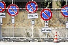 зона изолировала пешеходов запретила ограниченные дорожные знаки вверх Стоковое Изображение RF
