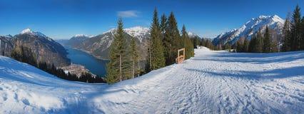 Зона катания на лыжах с взглядом к achensee озера, Австрии Стоковое Изображение RF