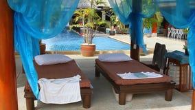 Зона курорта гостиницы с кроватями сток-видео