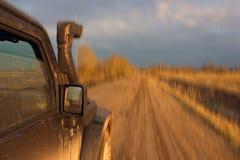 Зона Новгорода, 12-ого апреля 2016: Фото Wrangler виллиса на дороге леса в зоне Новгорода, России Wrangler compac Стоковое Изображение