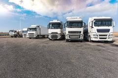 Зона отдыха для тяжелых грузовиков, в конце рабочего дня стоковое изображение rf