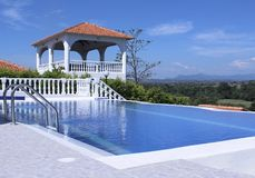 Зона открытого бассейна роскошной виллы с красивым видом Стоковые Изображения RF