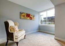 Зона отдыха в спальне в голубых тонах с креслом короля Стоковое фото RF