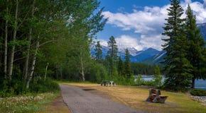 Зона пикника, minnewanka озера Стоковое Изображение RF