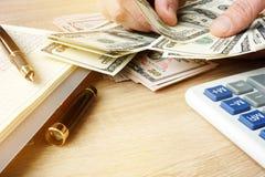 зона подсчитывая руки изолировала большие деньги над белизной текста вашей Домашний бюджет Стоковые Фотографии RF