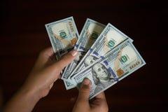 зона подсчитывая руки изолировала большие деньги над белизной текста вашей Стоковые Изображения RF
