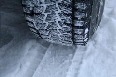 Зона проступи автошины зимы упакованная с концом снега вверх Стоковое Изображение