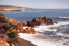 Зона пляжа взморья сосен San Simeon Стоковые Изображения