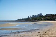 Зона пляжа города Мапуту с чистой водой Стоковые Фотографии RF