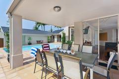 Зона развлечений вне современного австралийского дома Стоковое Изображение RF