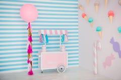 Зона ` s детей с помадками: леденцы на палочке, мороженое, macarons, воздушный шар и шоколадный батончик Комната детей с голубой  Стоковое Изображение RF