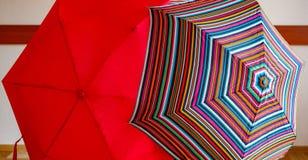 2 зонтика красный и striped открыто Стоковое Фото