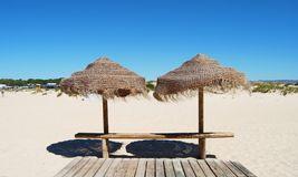 2 зонтика на пляже Стоковое Изображение
