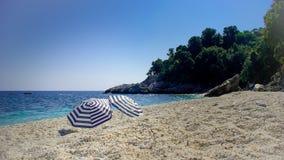 2 зонтика на пляже Стоковая Фотография