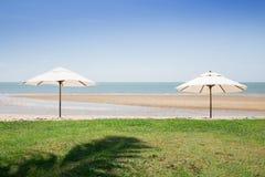 2 зонтика на пляже Стоковые Фото