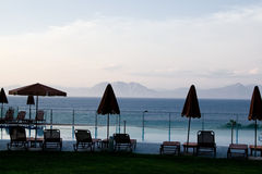 Зонтики и кровати солнца бассейном Стоковое Изображение RF