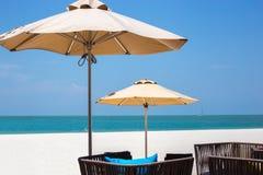 2 зонтики и места соломы на пляже Стоковая Фотография