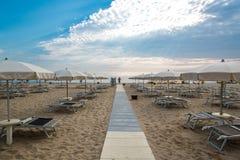 Зонтики и салоны фаэтона на пляже Римини в Италии стоковое изображение rf